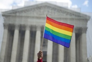 530627-un-partisan-du-mariage-homosexuel-brandit-un-drapeau-arc-en-ciel-le-26-mars-2013-devant-la-cour-supr