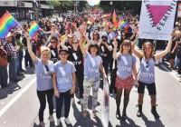 Les-filles-de-Féminin-Féminin-participent-au-défilé-de-la-Fierté-Montréal-1