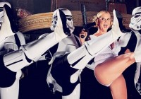 Amy-Schumer-Stormtroopers-Star-Wars-Photo-Shoot