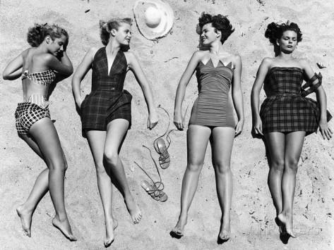 nina-leen-mannequins-au-soleil-portant-des-vetements-de-plage-a-la-mode