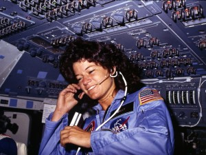 Sally_Ride,_America's_first_woman_astronaut_communitcates_with_ground_controllers_from_the_flight_deck_-_NARA_-_541940